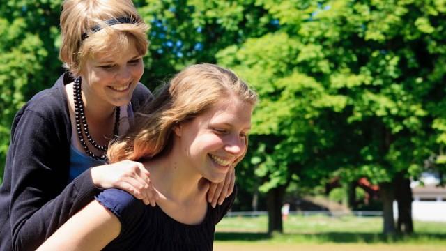 Kira Daldrop und Katharina Reidick spielen am Rande eines Selbstversorgerseminars Hoppe-Hoppe-Reiter. (Foto: SMMP/Beer)