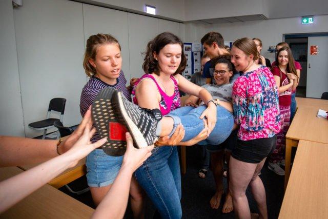 Teambuildung im Vorbereitungsseminar: Unmögliche Aufgaben zusammen bewältigen. (Foto: SMMP/Beer)