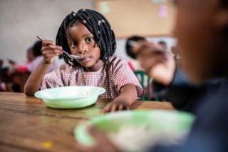 Kinder essen in der Schule in Metarica eine kräftige Suppe oder einen Brei aus Mais. Für viele Kinder ist diese Speise die einzige Malzeit am Tag, Foto: Florian Kopp