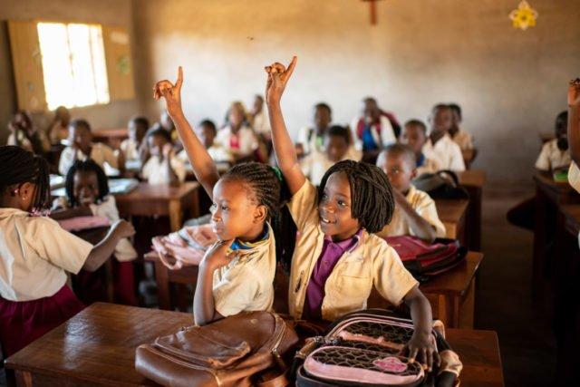 Unterricht in der Grundschule der Schule Julie Postel in Metarica/Mosambik. Hier arbeiten auch die beiden Missionarinnen auf Zeit Katharina Kloß und Johanna Friedrich mit. Foto: Florian Kopp