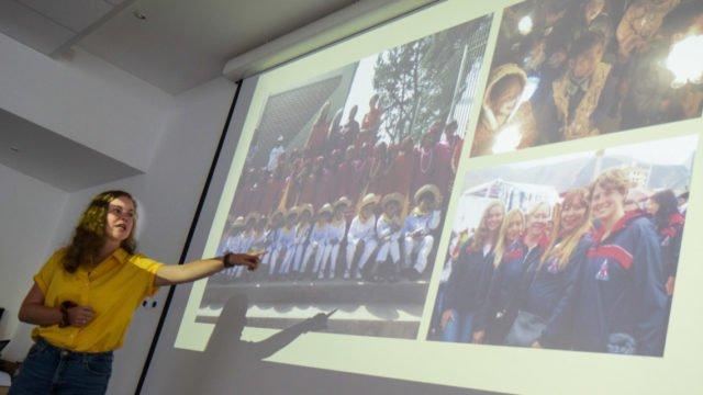 Vivien Gerick berichtet beim Rückkehrerseminar im Bergkloster Bestwig über ihren Einsatz in der Aldea Cristo Rey in Cochabamba/Bolivien. Foto: SMMP/Ulrich Bock