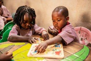 Im Kindergarten der Schule Julie Postel arbeitenKinder mit Puzzlen aus Holz. Foto: SMMP/Florian Kopp