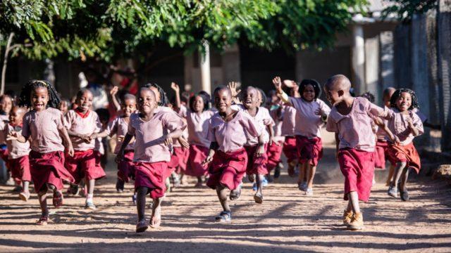 Rennende und feixende Kinder im Schulhof des pädagogischen Zentrums Julie Postel in Metarica/MOsambik. Foto: SMMP/Florian Kopp