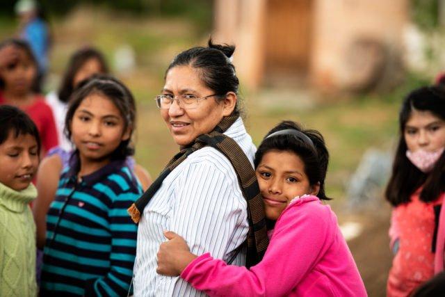 """Sr. Miriam Machuca, umringt von Kindern, Kinderheim """"La Providencia"""" der Schwestern der Heiligen Maria Magdalena Postel, Stadtteil Cuatro Esquinas, Cochabamba, Bolivien. (Foto: Florian Kopp)"""