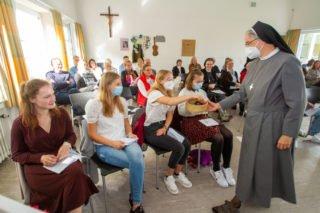 Symbolisch überreicht Schwester Laetitia Müller ein Schlüsselband - damit die MaZ während ihres Einsatzes den Schlüssel zu den Herzen der Menschen finden. Foto: SMMP/Ulrich Bock